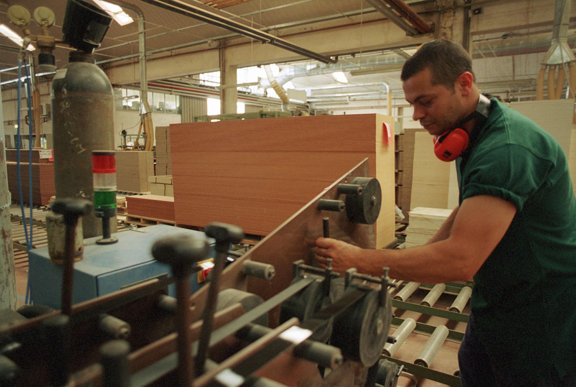 Commercio estero in crescita. Boom per le piccole imprese.    foto di © Luana Monte / emblema - Fermignano (Fano) 29 luglio 2002 Ditta Imab, produzione mobili e fabbricati Lavoro di operai in fabbrica foto di © Luana Monte / emblema - Fotografo: Luana Monte