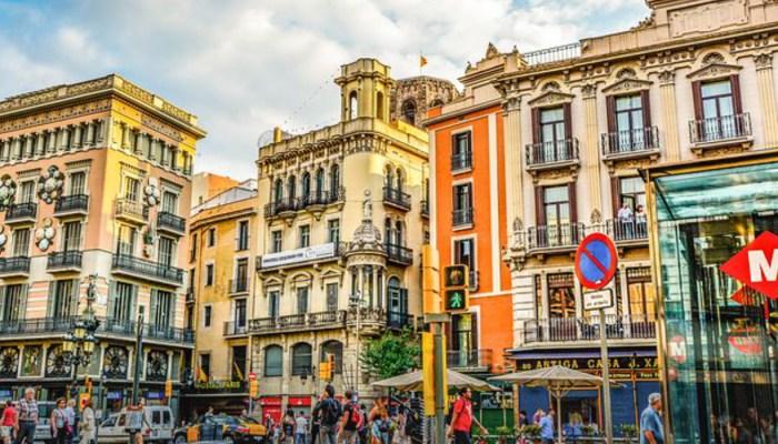 people walking on la rambla barcelona