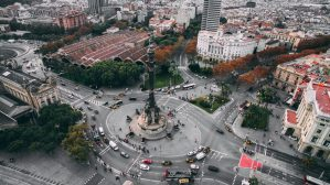 traffic around statue in barcelona