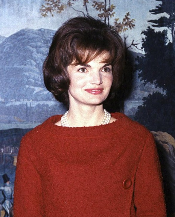 Mrs_Kennedy_in_the_Diplomatic_Reception_Room_cropped