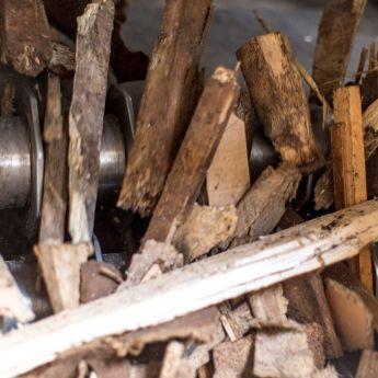 Der Holzzerkleinerungsprozess in Nahaufnahme