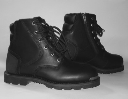 Short boot for motorcycling