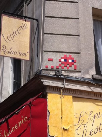 Mosaïque réalisée par le Street Artiste Invader situé rue des petits carreaux à Paris