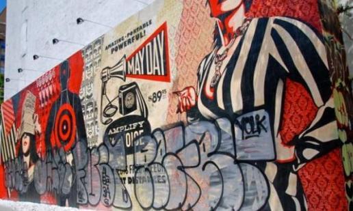 Les graffitis recouvrent l'oeuvre de Shepard Fairey