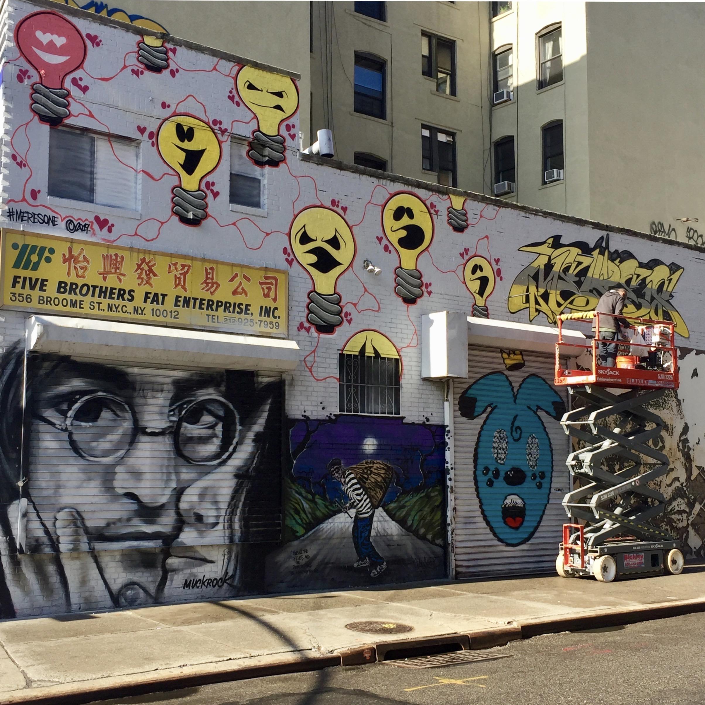 Meresone signe son oeuvre - Lisa Project - Little Italy - Street Art New York