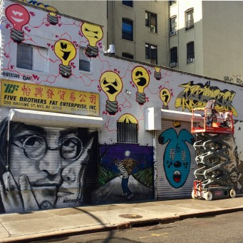 Meresone signe son oeuvre - Lisa Project - Little Italy - Street Art New York