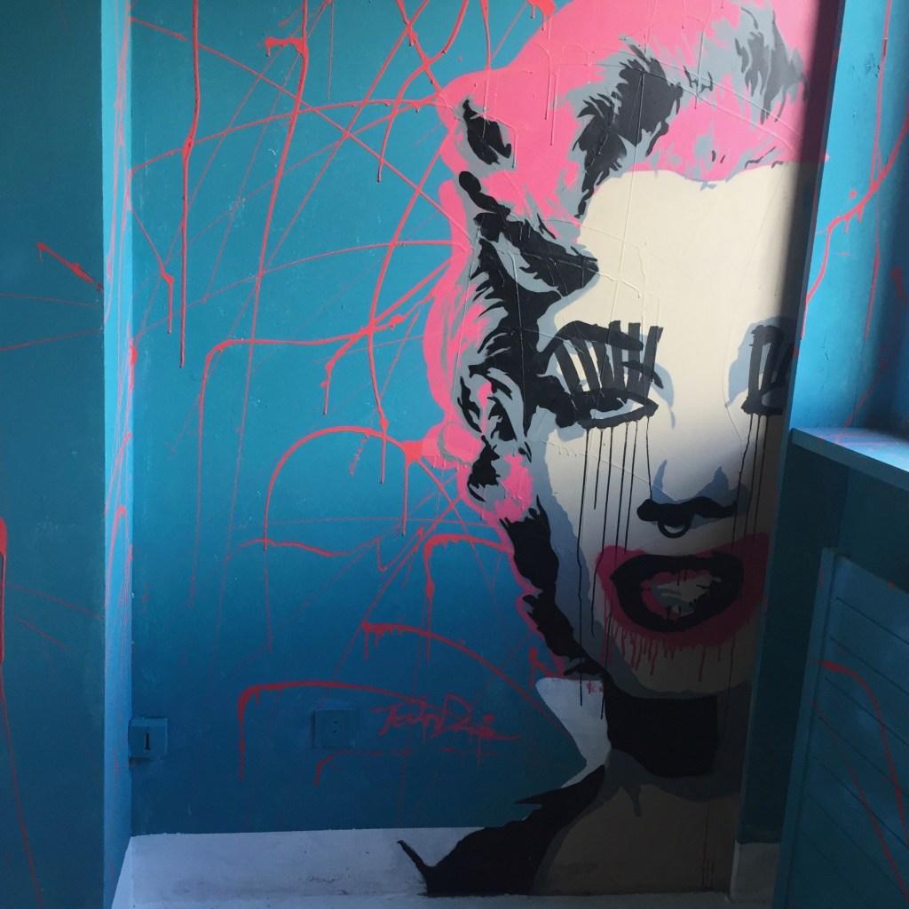 visite de l'hotel 128 chambre 65 réalisée par Tavin Davis artiste du Montana