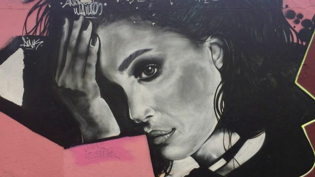 Fresque murale représentant Angélina Jolie - réalisée par Andrew Wallas sur le mur Ordener Paris