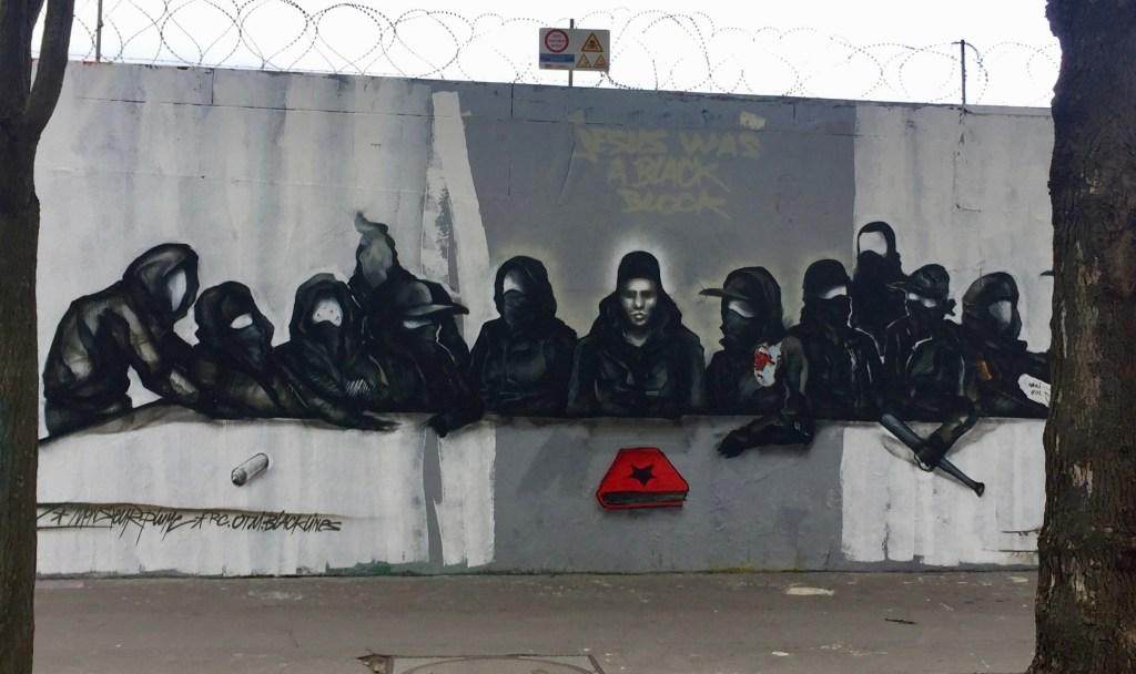 """Fresque révolutionnaire """"Jesus was a Black Block"""" par le collectif Black Lines Community sur le mur Ordener à Paris"""