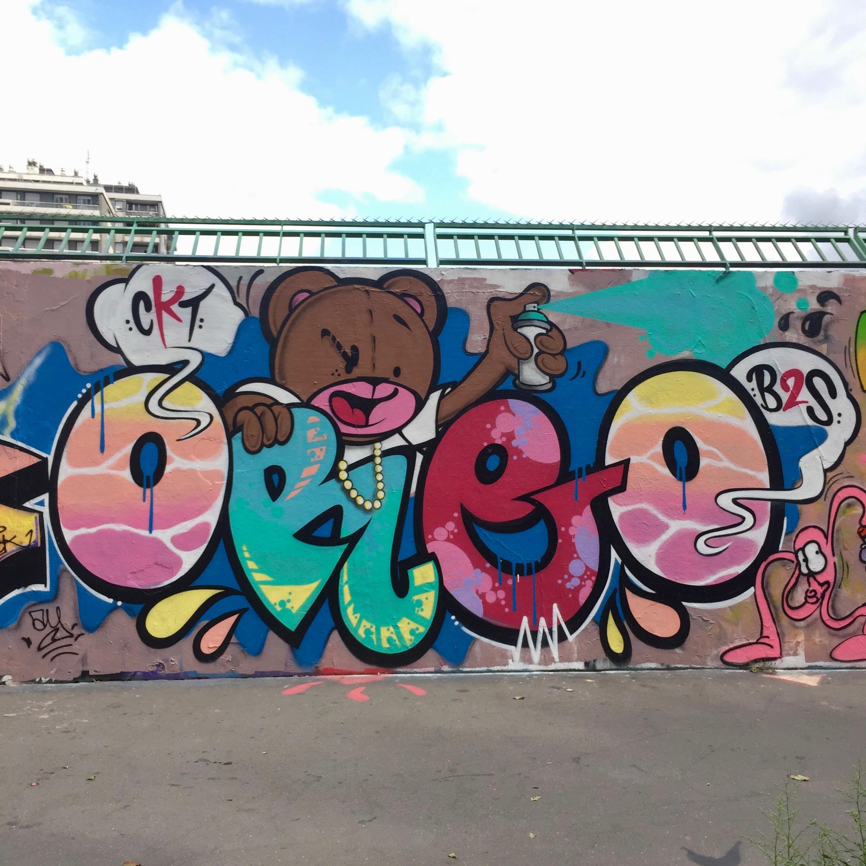 Fresque et graffitis réalisés par le CKT Crew sur le mur Ordener à Paris