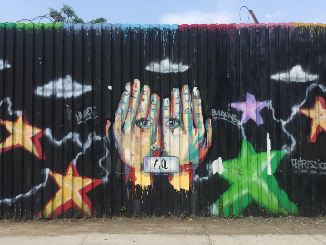 Fresque murale réalisée par la portraitiste Tamara Heller dans le Queens pour le Welling Court Mural Project
