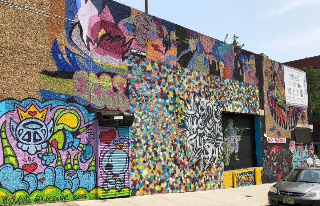 Mur géant composé d'oeuvre de plusieurs Street Artistes au Welling Court Mural Project dans le Queens.