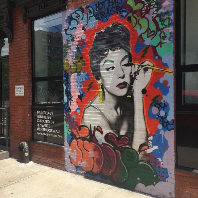 Oeuvre Street Art à New York représentant la comédienne Rita Moreno, réalisée par l'artiste Indie184