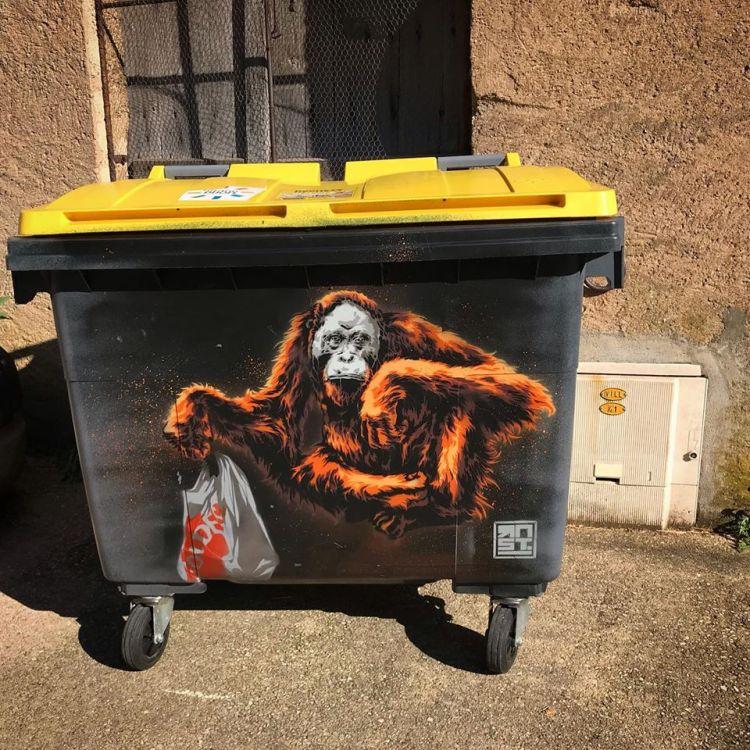 Peinture Street Art représentant un singe réalisée sur poubelle par l'artiste Dijonnais RNST