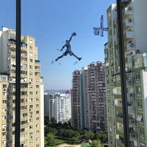 Oeuvre crée sur une fenêtre par Sketch Basket Family - @korhanercin - Stay art home - Pejac street art