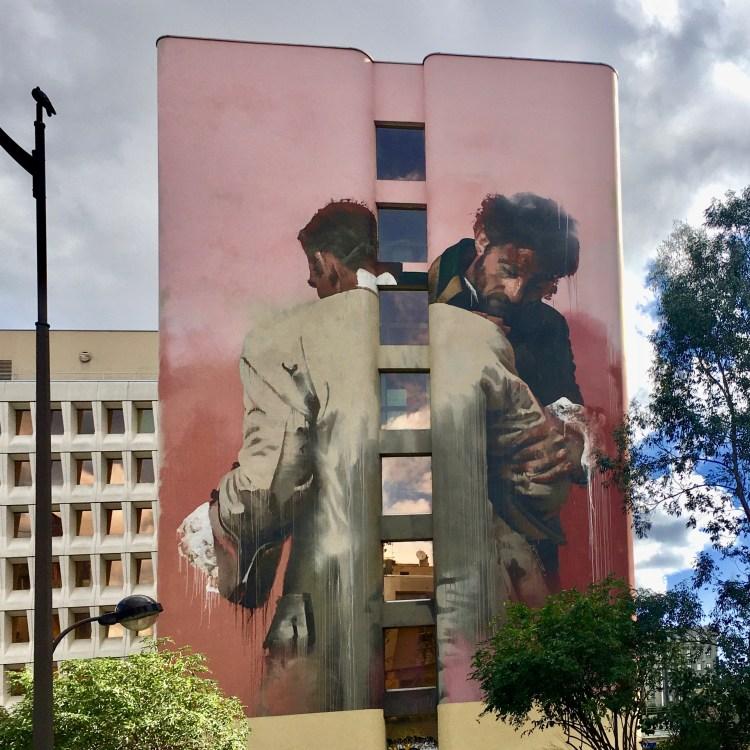 Boulevard Paris 13 fresque murale de l'artiste Anglais Conor Harrington - Etreinte et Lutte