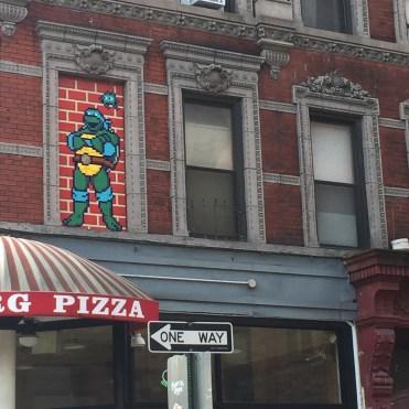 Tortue Ninja Donatello en Mosaique par Invader à New York dans Little Italy