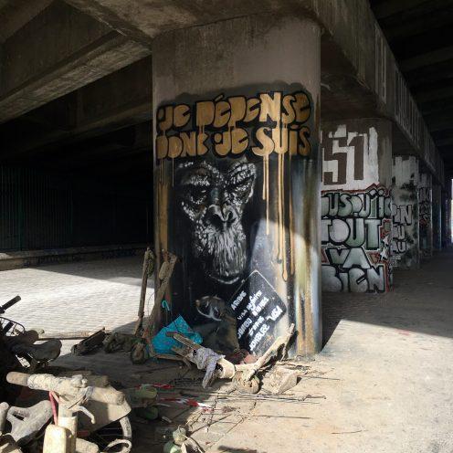 Street Art engagé à Aubervilliers : Je dépense donc je suis - Jon Buzz - Projet 451 - Photo @Altinnov