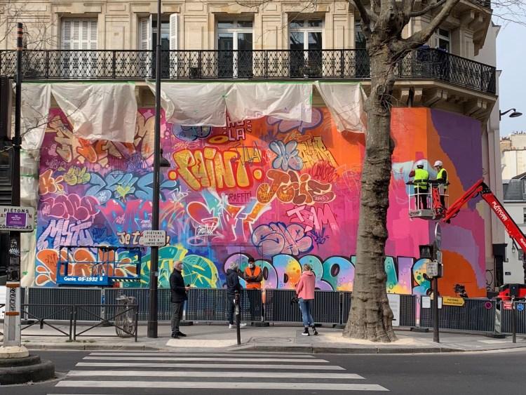 mur de graffitis par PichiAvo dans le quartier latin de Paris