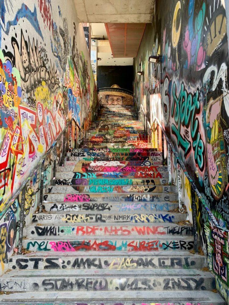 Escaliers completement taggés à Paris