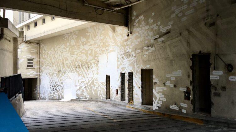 Entrée de L'Essettiel du Street Art Paris avec une oeuvre de LEK, Hoctez et Apotre