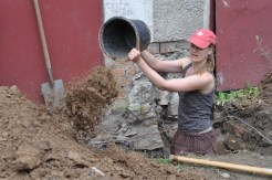 Stefans Schwester vor dem Anbau