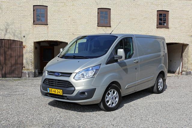 Som tilforn dominerer Ford Transit suverænt salget af nye varebiler på det danske marked.