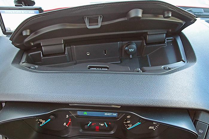 Transit i en nøddeskal. Det gamle, funktionelle rum foran rattet er udskiftet med et nyt - tjekket - funktionelt rum med 12 volt, USB og AUX