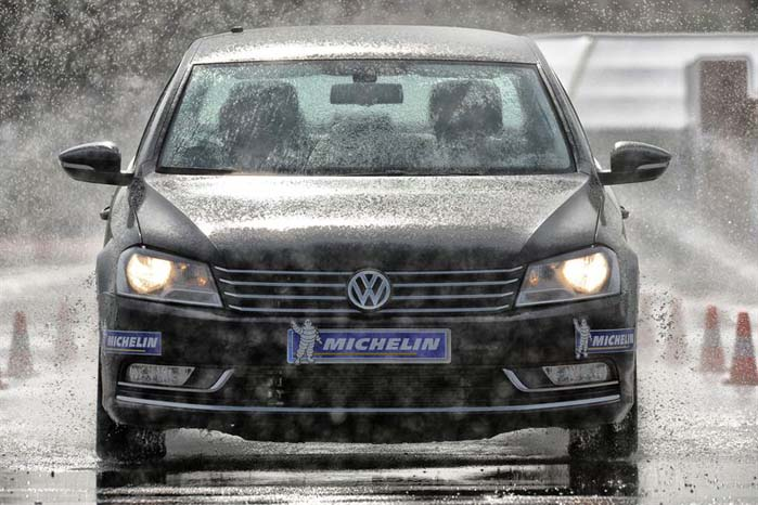 Langt de fleste f vinterhalvårets trafikulykker sker på en våd og kold vej. I den kolde årstid giver vinterdæk under alle omstændigheder større sikkerhed end sommerdæk.