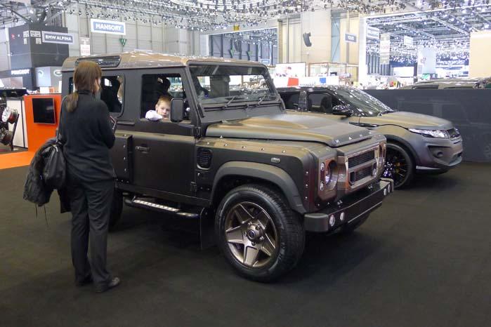 """""""Giv mig en bil mor, en bil som jeg kan dytte med ..."""". Der er her tale om en specialtrimmet Land Rover Defender Concept 17 Wide Body fra det britiske designfirma Afzal Kahn - og påført en mat, gråsort og insisterende lakering.  Det gælder også den Range Rover Evoque, som står bagved."""