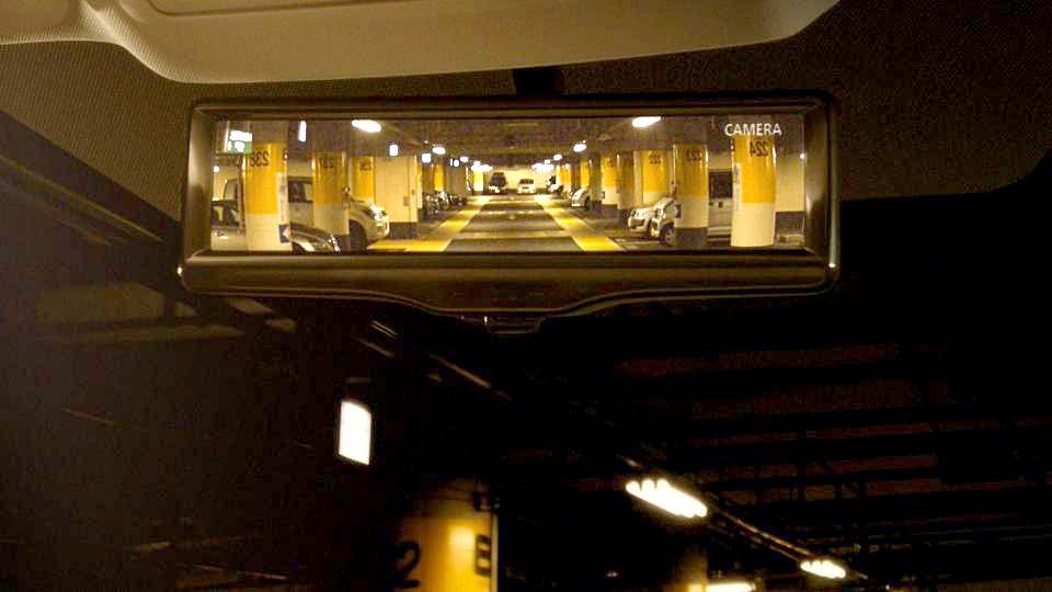 Med Smart Rearview Mirror bliver det lettere at manøvrere i snævre parkeringskældre og lignende steder.