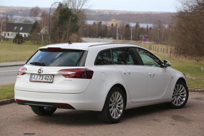 Et af Opels Insignias karakteristiske kendetegn er den voluminøse bagklap, der er så tyk, at den kunne have sit eget bagagerum
