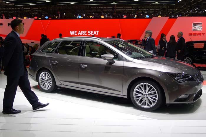 Seat-stanbden er spækket med Leon-varianter med tilnavnet Cupra i 3- og 5-dørs udgaver. Med en 280 hk turboladet benzinmotor under frontklappen rykker den til tops som selskabets rappeste model med et ryk til 100 km/t på kun 5,7 sek. Og det spiller øjensynligt ingen rolle om gearkassen er manuel eller automatisk. Med et drejningsmoment på 350 Nm er der rigeligt med kraftoverskud i den spanske raket.