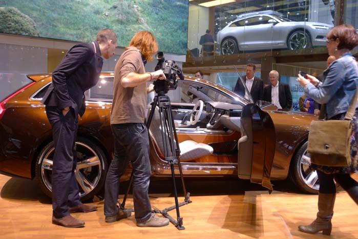 I centrum på Volvo-standen står dette Concept Estate, som er det tredje i rækken, før den lanceringen af den nye XC90 ved efterårets bilsalon i Paris. Udover at bilens iøjnefaldende og elegante profil må formodes at være tæt på den kommende XC90 og en ny stationcar, så præsenterer konceptet også en ny midterkonsol udviklet i samarbejde med Apple. Noget som trak stor opmærksomhed - også hos Mini-designchef Anders Warming. Det er ham til venstre, som kikker TV-fotografen over skulderen.