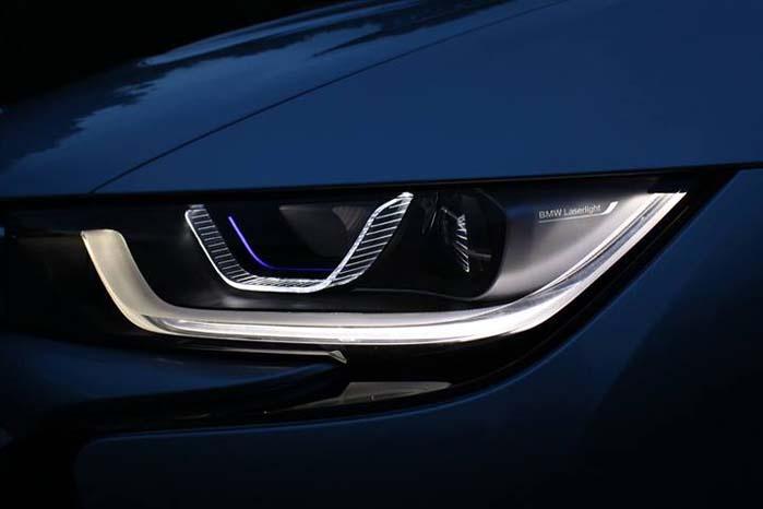 Sådan markeres en forlygte på BMW i8 ved brug af LED-teknologi. Det er kun et spoørgsmål om tid,  før den slags vinder indpas i generelt i bilernes verden - så der er mere lys forude.