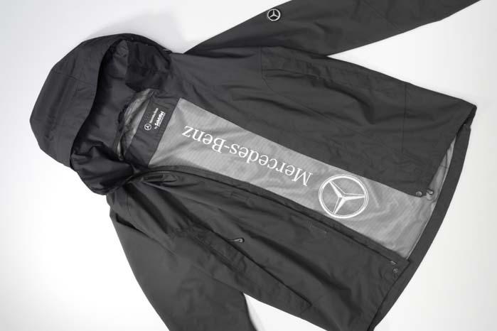En let regn- og vindtæt jakke med hætte i 96 pct. polyamid er god at have liggende klar i en bil, der færdes i et land, som efter sigende er på vej mod i en fremtid med endnu mere regn end tilforn.