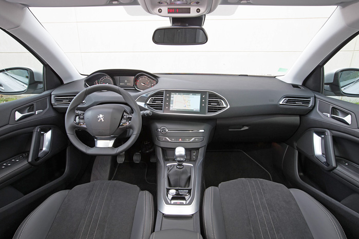 Peugeots nye cockpit-design, iCockpit, som blev introduceret i 208, giver en helt anden kørestilling med det lille rat, der er placeret lavere end i andre biler