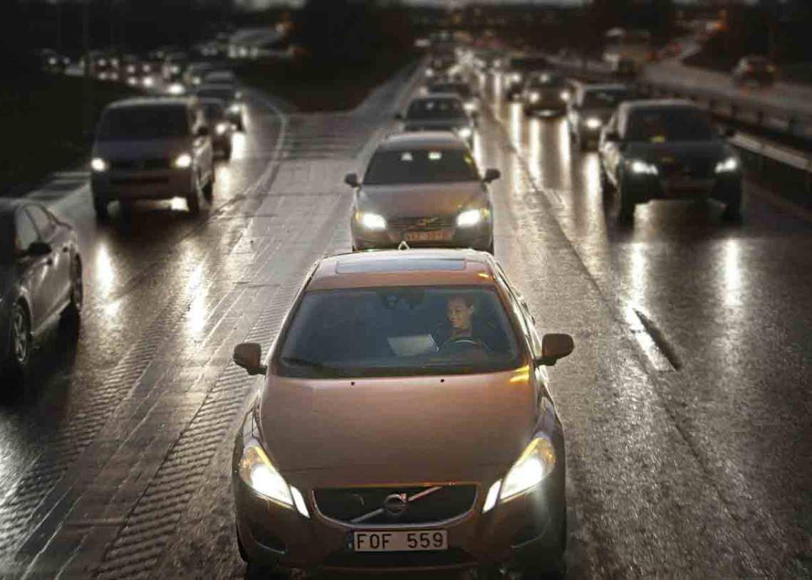 I det førerløse bilsamfund fletter bilen selv ind, tilpasser hastigheden til den øvrige trafik og holder behørig afstand, mens du finder på noget andet at lave