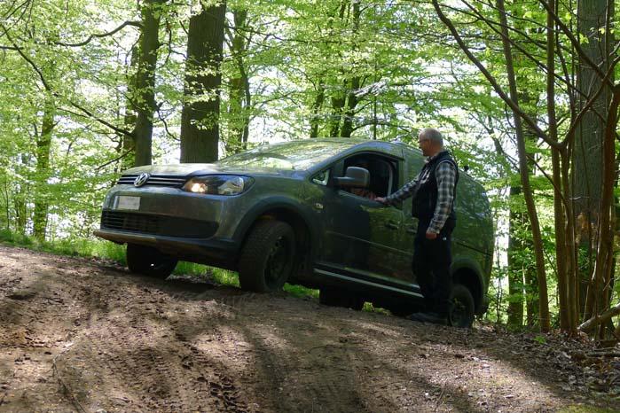 """VW Caddy på toppen og med udsigt til en meget lang og stejl nedkørsel. """"Bare brug bremsen til at regulere farten,"""" lød det fra instruktøren."""