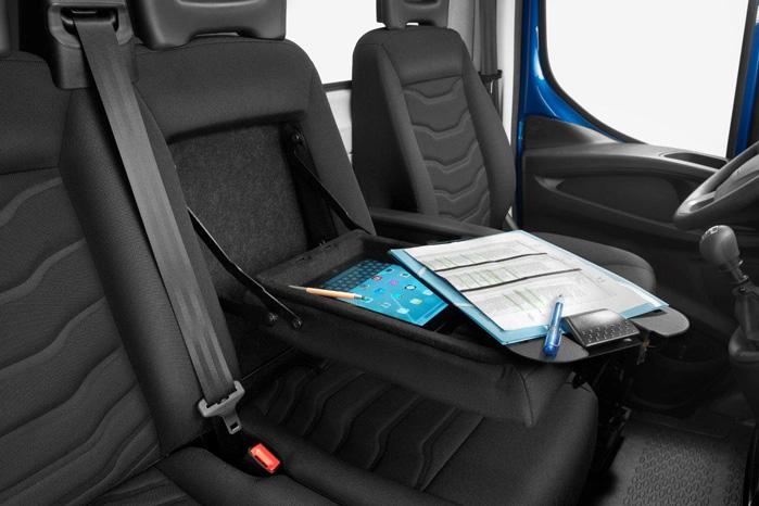 Ryglænet i midterste sæde kan få aftageligt clipboard, der kan monteres på rattet, når man skal skrive