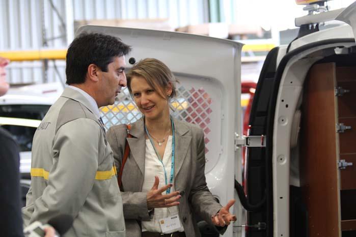 José Martin Vega, chef for Renault-fabrikken i Maubeuge, og salgskonsulent Mary Ann Ottoz, Renault, ved bilen, der markerede produktionen af en halv million specialindrettede varebiler fra Renault.