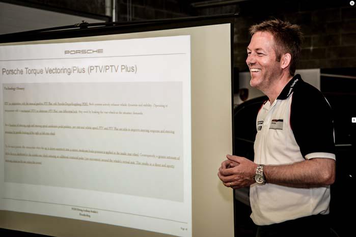 Her er kollega Tommy Schröter i gang med teorien til et kursus i at køre Porsche på den sjove måde