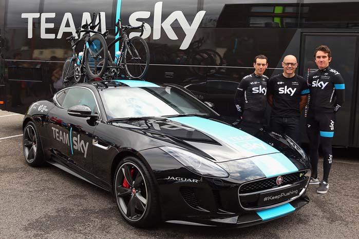 Teamejer Dave Brailsford sammen med Sky-rytterne Richie Porte og Geraint Thomas ved den specielle F-TYPE Coupé cykel-varebil.