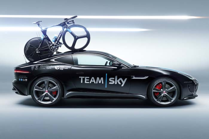 F-Type Coupé indrettet til transport af udstyr og til intern kommunikation for det professionelle cykelhold Sky.