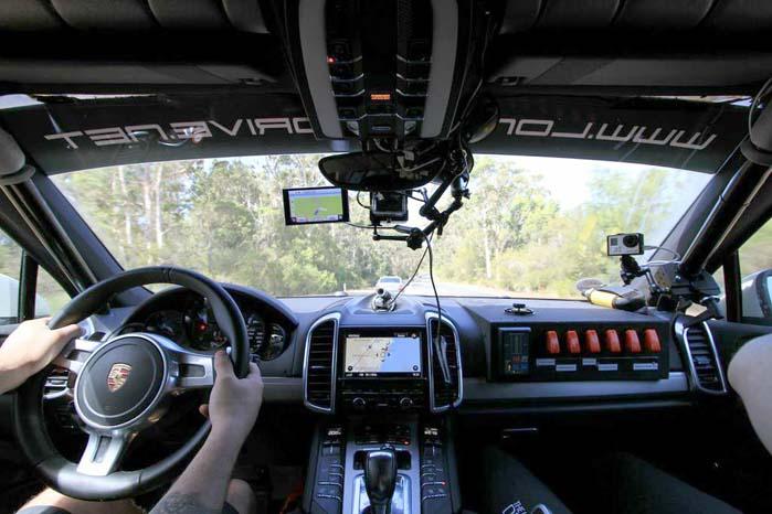 Porschen er foruden styrtbøjle, tag-rack og specialbeslag til ophæng af reservehjulet bagest på bilen proppet med elektroniske ting og sager, så den tyske luksussuite byder ikke på overdådigt pladsoverskud.