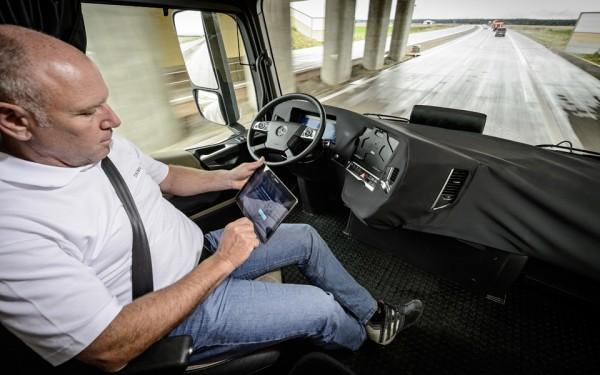 Chaufføren kan sidde afslappet uden at holde i rattet, når Highway Pilot er aktiveret