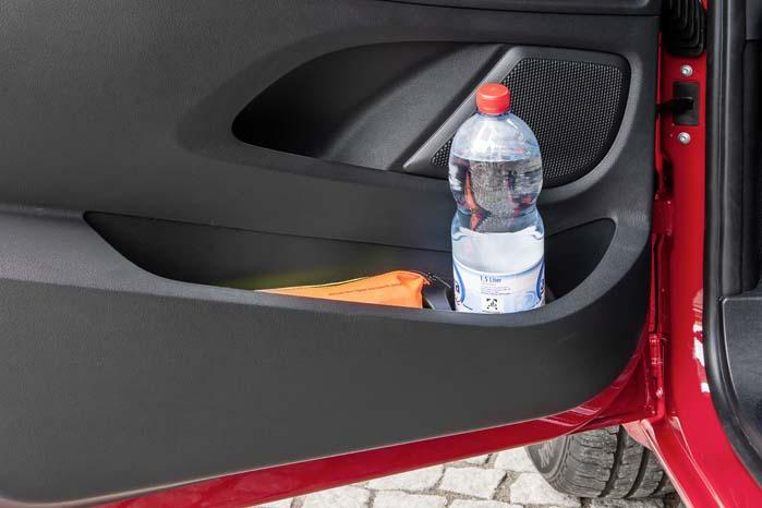 Mange detaljer understreger, at Vito er udviklet til professionelle brugere med behov for plads til at opbevare sager fra Maxi-flasker til ordrebøger, mobiltelefoner etc.