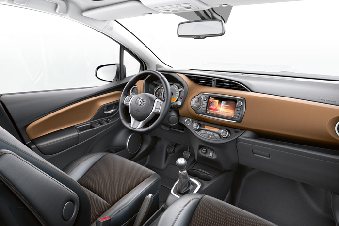 Interiøet er nydesignet med blandt andet et tykt, stødabsorberende område, som fås i blandt andet Mocca-farve. Læg mærke til, at der er plads til at få kaffekoppen ned i kopholderne foran gearstangen, når der er manuel gearkasse under gulvet