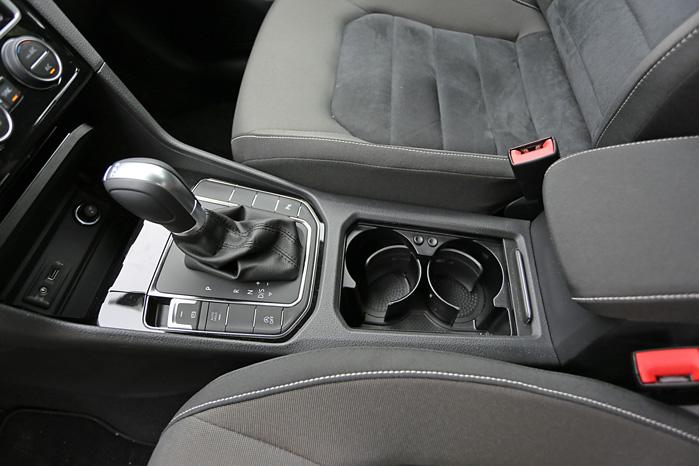 Omdrejningspunktet for den komfortabelt indstillede fører. Problemfrit DSG-gear og store kopholdere til både kørekaffe og vandflaske