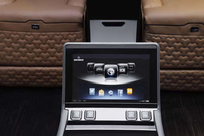 Touchskærm med netforbindelse indenfor bekvem rækkevidde - det er jo en luksussuite.